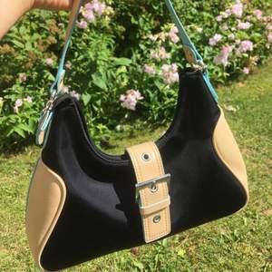 Så cool och unik handväska i yk2 style 🔥  mycket fint skick! vid intresse startas budgivning. Frakt tillkommer.