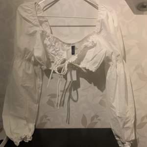 Jättefin topp/blus från H&M. Säljer då den aldrig kommit till användning💕 helt ny, aldrig använd!