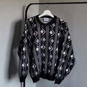 Mönstrad stickadliknande tröja, använd fåtal gånger av mig.                                                                   Skriv om du undrar någonting, så löser vi det:)