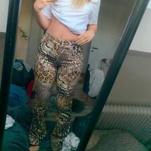 Ett par bootcut jeans med mönster av olika slag men mest leopardmönster. Sitter så sjukt bra på. Passar en XS.