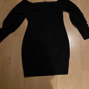- Storlek 38 - Köptes från booho - Endast använd fåtal gånger max 2 gånger  - Skönt material - Kort svart klänning som är off shoulder med 5 små knappar på ärmen  - I bra skicka