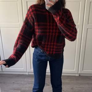 Säljer min fina oversize tröja i strl L! Jag har i vanliga fall strl S och denna är L och passar perfekt som oversize😍 Säljer för 80kr, obs köparen betalar för frakten!