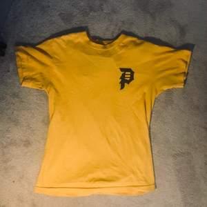 Primitive skateboards t-shirt i orange och storlek S. Använd och tvättad några gånger. Ser ganska gul ut på bild men är mer orange i verkligheten.