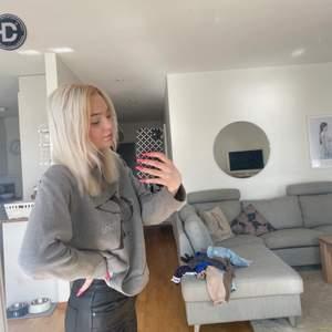Säljer en helt oanvänd Calvin Klein tjocktröja. Den är jätte skön. Skulle säga att den passar S-M den sitter väldigt fint. Den är i fint skick. Skick : 10/10. Köparen står för frakt 😊 skriv gärna vid frågor  den är perfekt att ha nu till sommaren 🥰 säljer för jag bytt stil:)
