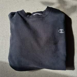 Vintage champion ECO tröja. svart, passar till allt! Supermysig! Obs! svag fläck framtill(bild2), faller fint över axlarna så ser inte