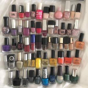 """Säljer en MASSA nagellack 😆😆  Nästan alla är helt fulla och i perfekt skick. 10kr/st och paketpris om man köper fler än 10. Märken som Isadora, makeupstore, depend, elf, Milano och h&m till andra random märken. Fraktar i en blå påse S även om du köper 1 så mer värt att köpa fler :) de på bild 3 är int vanliga nagellack utan """"nail art"""" lack som är tunna penslar för att göra design med. 30kr för för de 3 i paketet och 10kr för den enskilda."""