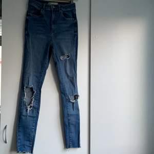 skinny ripped jeans från gina tricot i storlek 36. bara använt 1 gång på grund av att dom inte passar mig. väldigt fint skick.