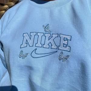 SÖKER!! Om någon har en Nike Vintage sweatshirt i Xs meddela gärna mig. Vill väldigt gärna ha en vintage Nike sweatshirt som på bilden. En med fjärilar hade varit super gulligt. 🦋 Men en med bara Nike märke skulle också vara nice. Jag söker helst en blå men har ni en vintage som är i xs fast annan färg så meddela mig också. Angående priset kan det diskuteras mer sen men skulle kunna lägga ut mellan 0-300 typ på en sån sweatshirt. Kan diskuteras mer sen kanske kan betala mer om behövs! ❤️