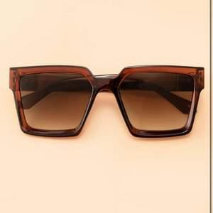 Solglasögon från shein (lånad bild). Super fina trendiga solglasögon passar varje sommar outfit! Aldrig använda 🦋🥰