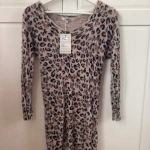 Snygg kort leopardklänning i stretch strl xs/s. Oanvänd med prislapp kvar.