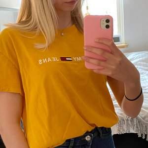Gul t-shirt i storlek xs från tommy jeans. Originalpris: ca 500kr Mitt pris: 120kr+frakt Hör av dig vid intresse!