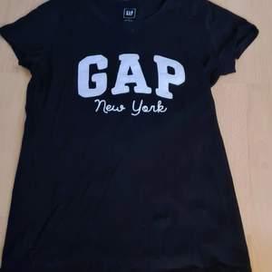 En svart gap t-shirt ! Snygg & nästan aldrig använd      Storlek: S Köpt: GAP                                                            Kan mötas, men helst leverans !!! Köparen betalar frakt !!!