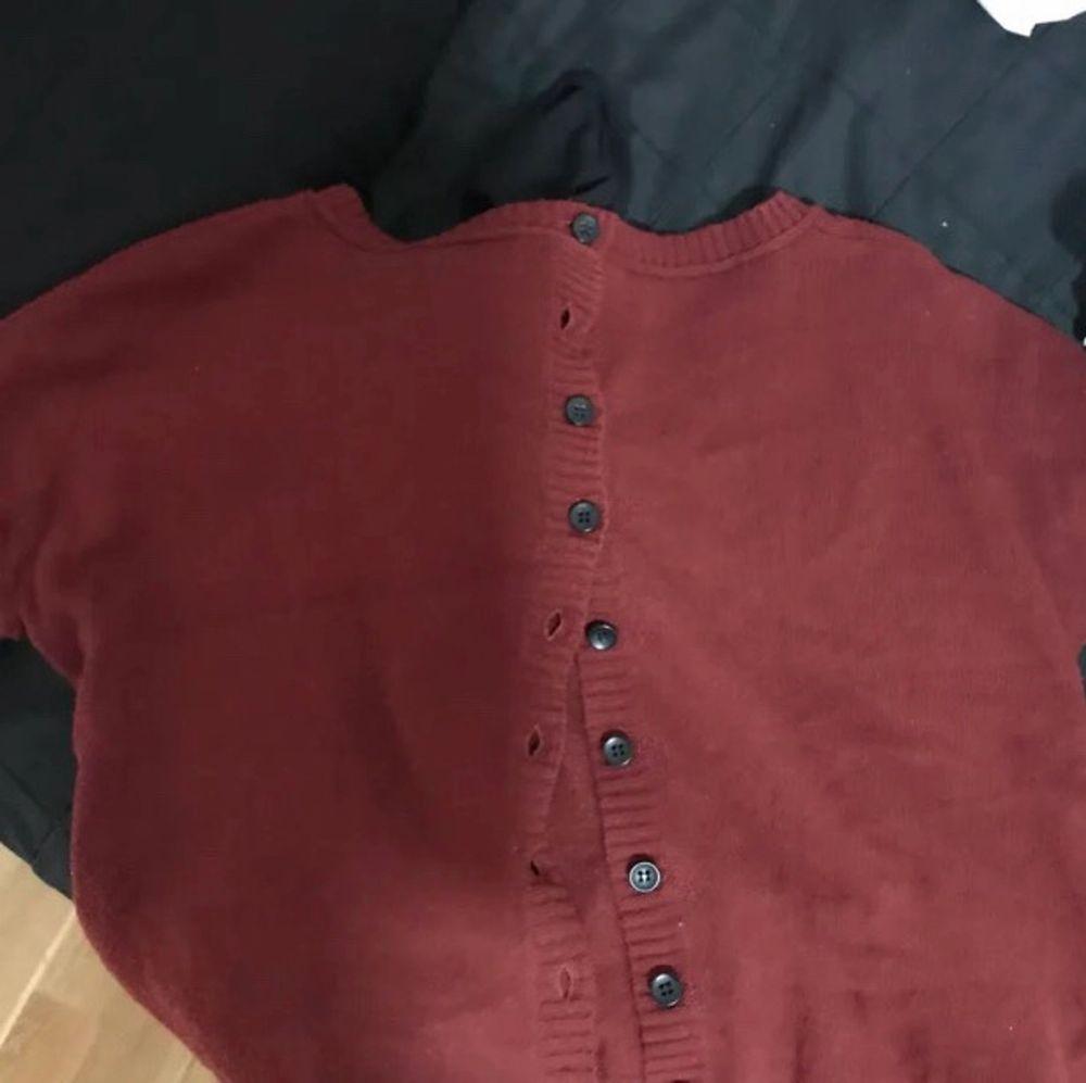 Säljer denna tröja som man kan styla lite olika, ena sättet är som jag gjort på första bilden utifrån (andra bilden). Baksidan av tröjan ser ut som på 3e bilden. Så man kan själv avgöra hur man vill bära den 😊❤️. Tröjor & Koftor.