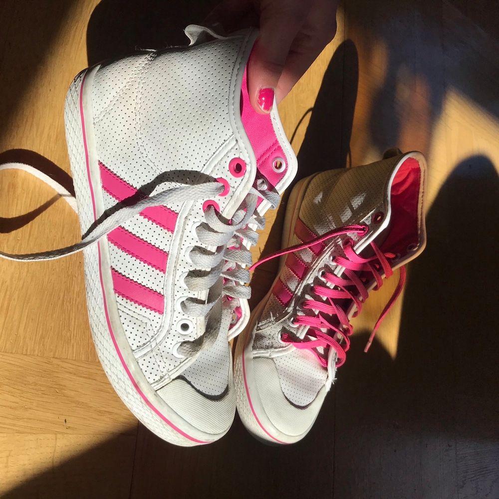 Rosa Adidas skor köpta second hand. Säljer för de ej kommit till användning💕fraktar endast nu under Corona. . Skor.