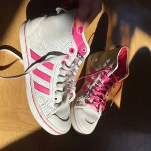 Rosa Adidas skor köpta second hand. Säljer för de ej kommit till användning💕fraktar endast nu under Corona.