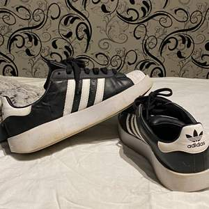 Ett par adidas skor i helt okej skick använd ett par 6 gånger ungefär i strl 39/40