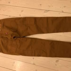 Ljus bruna Levis premium HI-BALL jeans nästan helt o använda och inga skador alls.  Extra fickor på båda ben det vill säga workwear byxor, för bättre bilder kontakta mig gärna!
