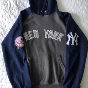hoodie från yankees köpt här på plick! frakt 66 kr!