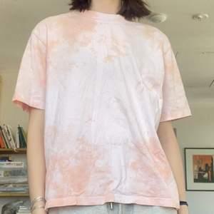 Ljusrosa batik t-shirt från Weekday. Snygg passform med ganska hög halsrigning!