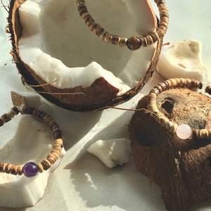 Kokos armband! Veganska armband gjorda av kokosnötsskal🥥Dessa armband är elastiska och tål vatten. Du skickar till mig hur stor handled du har. Man väljer själv vilken pärla man vill ha på armbandet. Det finns att välja bland: Ametist,tigeröga och rosenkvarts. Dessa pärlor står för olika saker.                                                      •Ametist/lila pärla=stark och beskyddande✨                     •Tigeröga/brun pärla: förmedlar självförtroende,lugn samt klarhet🐅                                                        •Rosenkvarts/rosa pärla= initerar kärleken till oss själva🌸