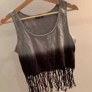 GARDEROBSRENSNING✨ Croppat linne med fransar nertill, med små kulor på fransarna, från H&M, storlek M. Säljer pga att den inte längre använs. Använd men i väldigt fint skick. Skriv om ni vill ha fler bilder💗 Köparen står för frakten☺️