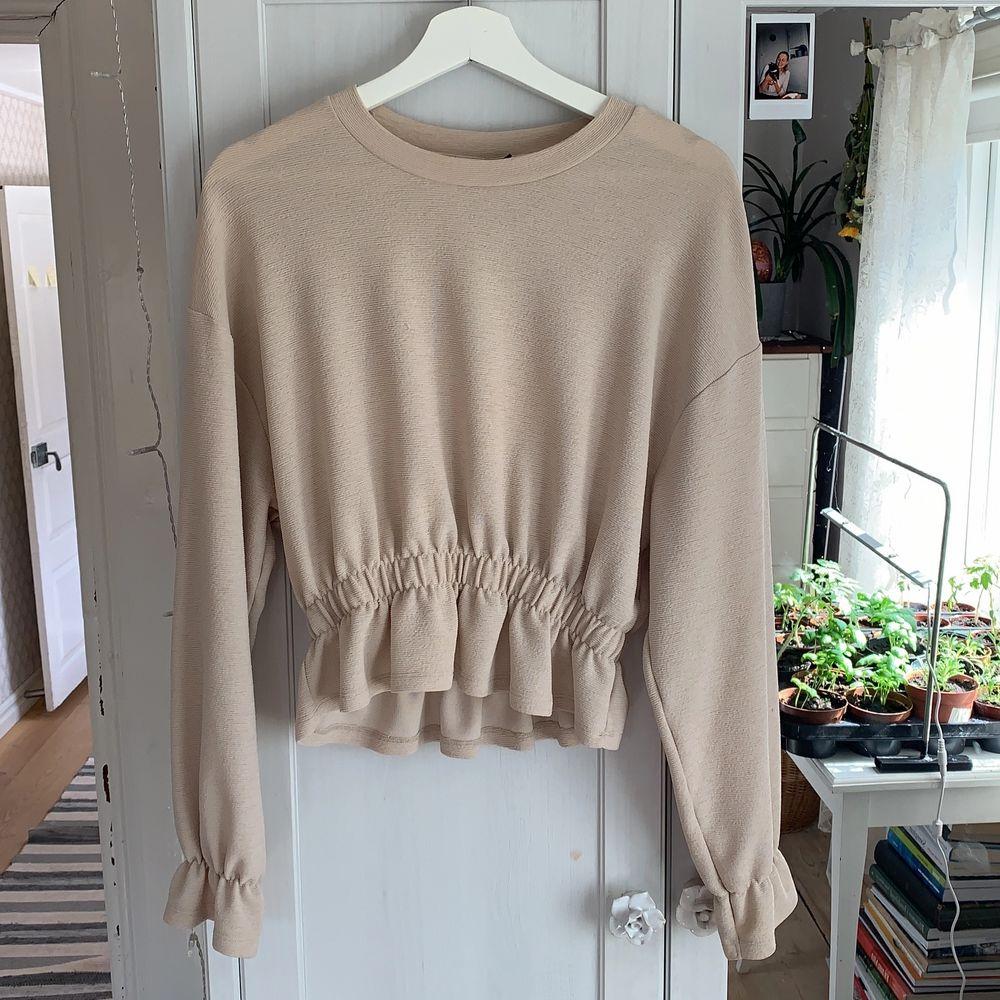 Beige tröja från Gina Tricot med fina detaljer! . Tröjor & Koftor.