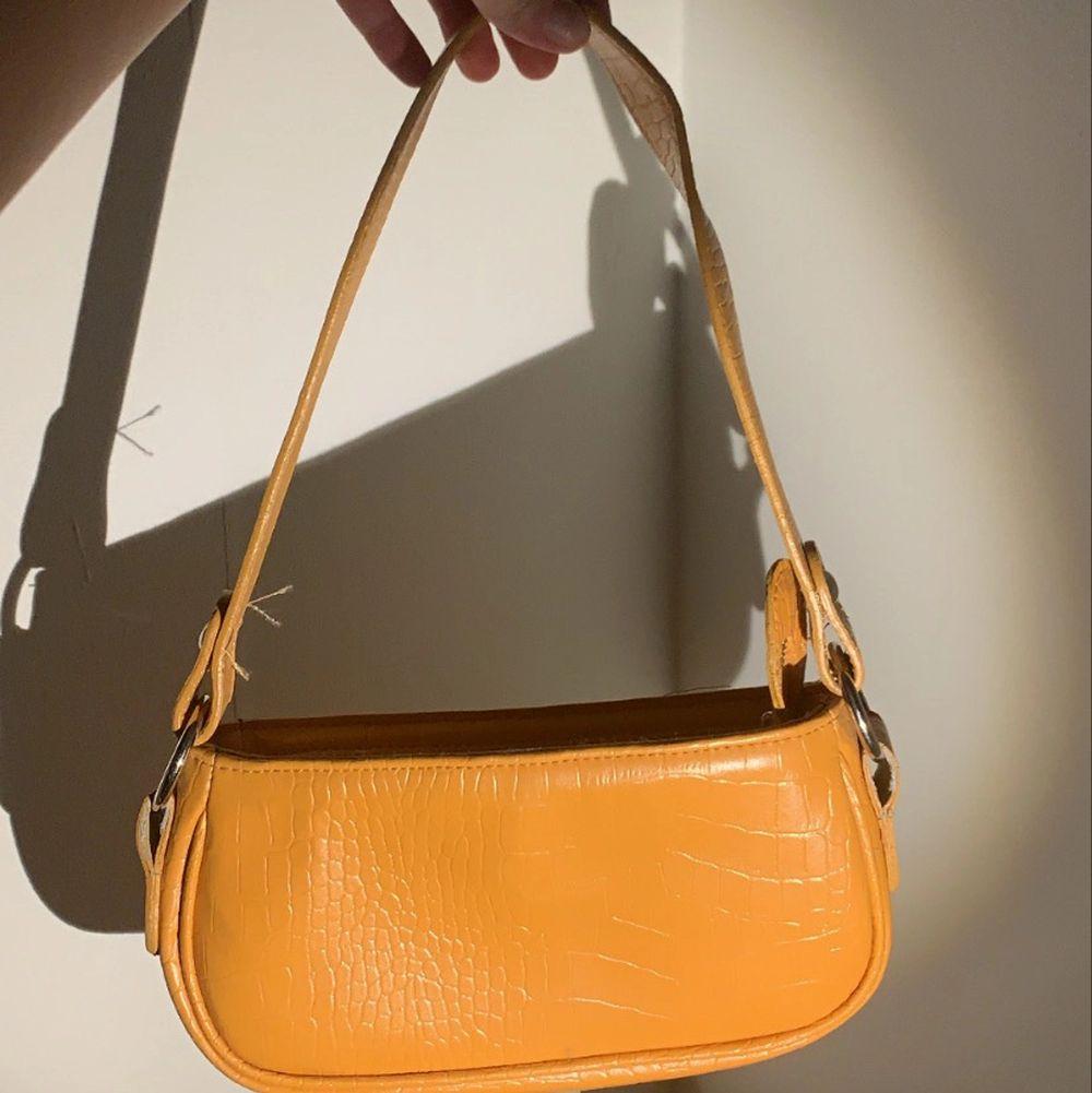 Gud handväska från Asos som jag säljer för att jag aldrig använt den ☺️. Accessoarer.