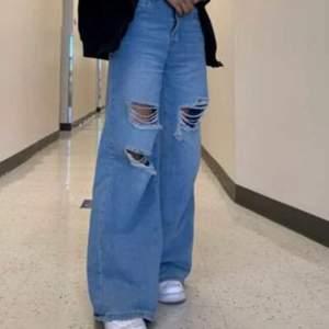 Säljer dessa skit snygga jeans som är aldrig använda och säljer pga av att ja fick ett likadant par! Skit snygga o bra material🤩 Köparen står för frakten om inte vi kan mötas