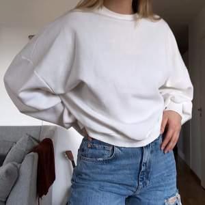 Perfekt oversized sweater! Har en liten och väldigt svag missfärgning på undersidan av ena ärmen/vid armhålan (andra bilden), men syns verkligen inte när man har på sig den och går säkert bort med Vanish! Köparen står för frakt 🤍