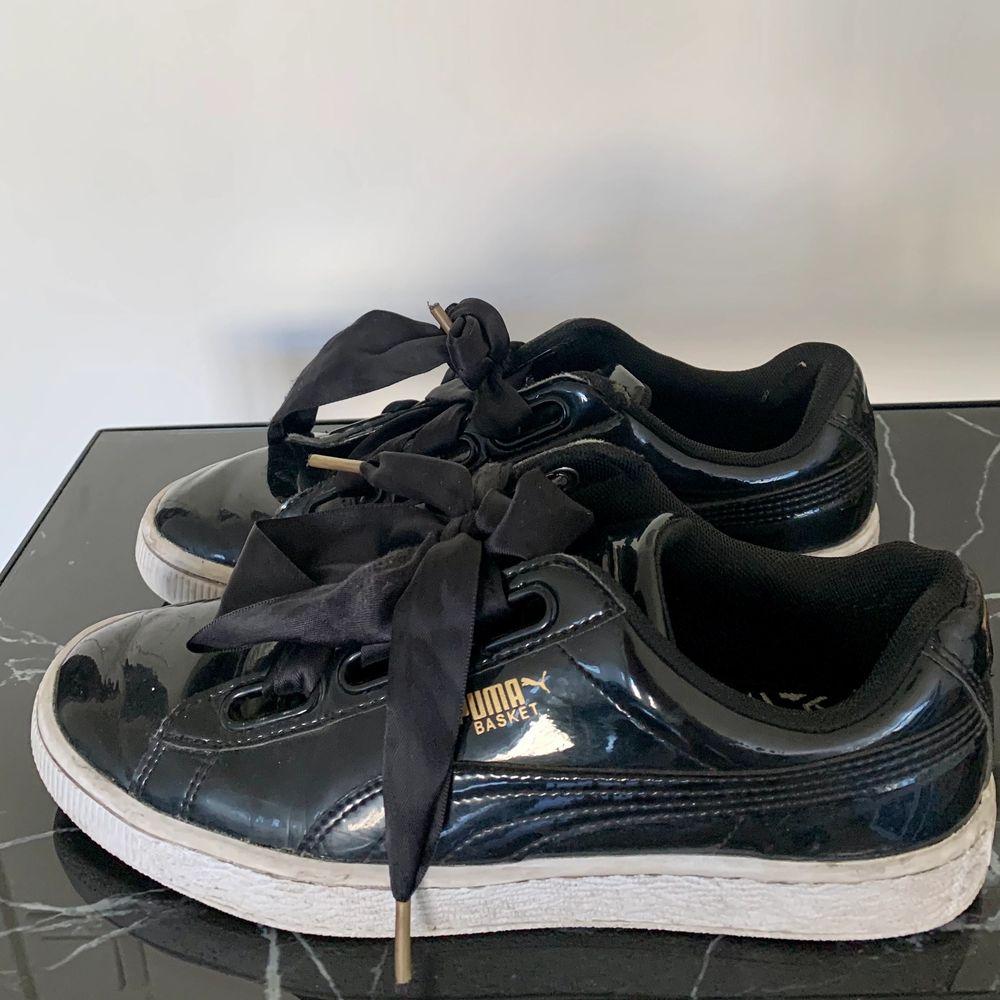 """Puma basket sneakers i svart """"lack"""". Storlek 39. Använt sparsamt så i bra skick. . Skor."""