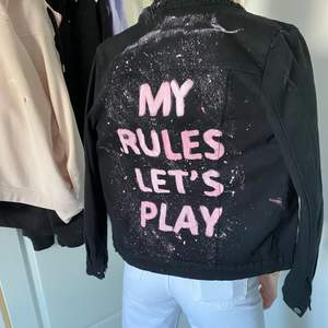 """En skit cool jeansjacka med text """"my rules lets play"""" från insta konto byemilja. Aldrig använt eftersom inte min typ av stil. Super fint skick, nypris 550kr. Frakt ingår ej i priset! Pris kan diskuteras"""