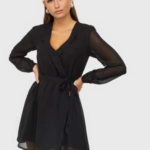 Supersöt och trendig svart klänning från Nelly. I tunt material och med genomskinliga armar + band som kan knytas i midjan. Omlott vid bröstet. Köptes i nypris för 120kr men säljs för endast 10kr, FYNDA! (FRAKTPRIS KOMMER VI ÖVERENS OM)