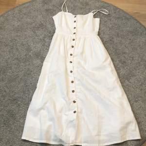 Säljer denna vita klänning med justerbara band. Perfekt till midsommar. Använd en gång. Den slutar precis nedanför knäna. 50kr+frakt Skriv privat för mer info och bilder:)