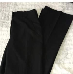 Säljer mina snygga kostymbyxor i strl xs, från New look. Byxorna har tight passform o sitter fint på rumpan, vid benen e dom lite lösare. Frakt tillkommer!
