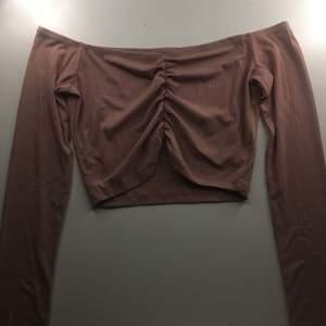 en rosa/beige off shoulder tröja som aldrig kommit till användning🦋