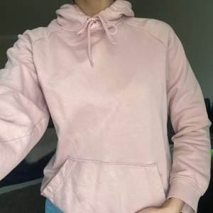 En rosa hoodie från HM i storlek xs men känns mer som en S. Änden på snöret är sönder på ena sidan men det är inget man tänker på och det går även att ta bort snöret! Köparen står för frakten💕