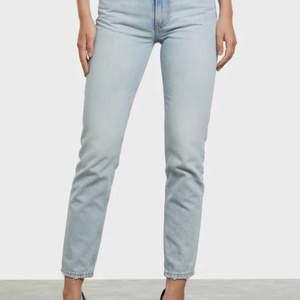 Blåa jeans ifrån BIKBOK. Låg midja med rak passform, ankellängd. Använda max 3 gånger, bra skick. I storlek W26. Köparen står för frakten