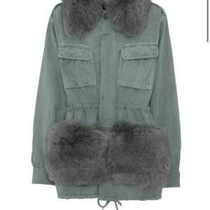 Den slutsålda Windie jacket i färgen mint grön. Storlek S/M. Inköpt på custommades hemsida i höstas, väldigt fint skick. Sparsamt använd.  Nypris ca 6000kr  utropspris 4500kr
