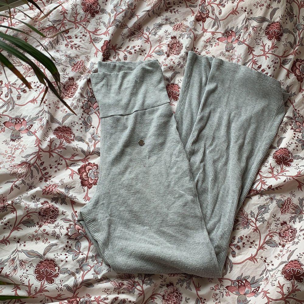 Supersköna mjukisbyxor/ yogapants. Ribbade i grå färg. Högmidjade!. Jeans & Byxor.
