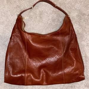 Jättecool väska i äkta läder, väldigt rymlig och trendig