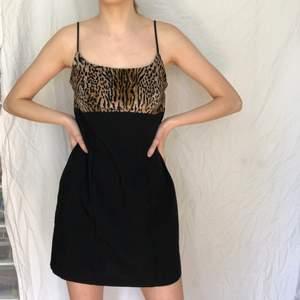 Så cool och unik klänning från det ikoniska märket fredericks of Hollywood. Vintage från 80 talet typ, överdelen är i ett mjukt/sammetsaktigt leopardtyg och nederdelen är svart. Jag har tagit in den med säkerhetsnålar på bild ett då den annars är för stor för mig som är S. Enligt lappen är den stl 6(US) så typ m-l. (Men stretchig).