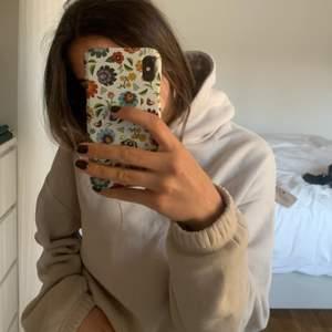 tänkte kolla om någon var intresserad av min beige croppad hoodie från zara i storleken S. super mysig och köpte bara för 1 månad sen. INTEESSEKOLL
