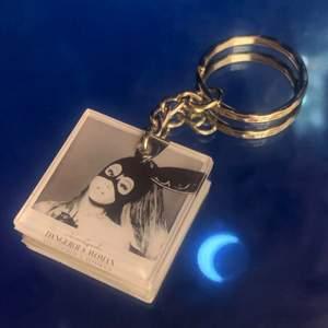 Dangerous woman nyckelring! Handgjord av mig i resin! 🌛🤍 3x3 cm! SCHRUNHIE INGÅR! Fri frakt vid köp av flera föremål på min sida!
