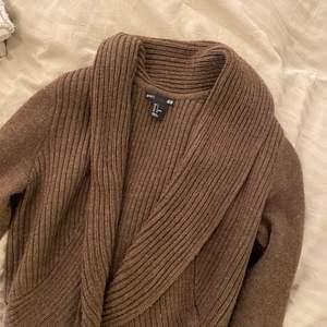 Supermysig brun kofta från H&M. Finns inte att köpa i butik längre. Storlek S 💘