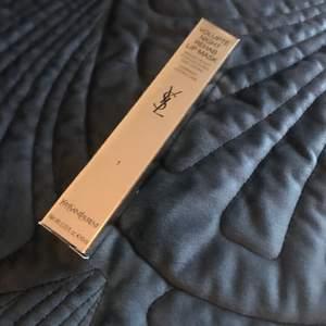 Helt ny! Nr 1 Night Rehab - En läppbalsam/läppmask med en lätt glans från Yves Saint Laurent. Kan användas under dagen eller som en mask på läpparna under natten.