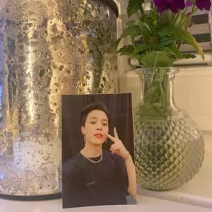 """Säljer hemgjorda """"photocards"""" jag skapat genom en camon mini printer. Bilderna är 2x3 stora och kan både användas som kort och som klistermärke. Skicka gärna egna bilder så du kan få just din favoritbild/bilder💗 Självklart funkar det att skicka vilka bilder som helst och inte bara på Bts!☺️"""