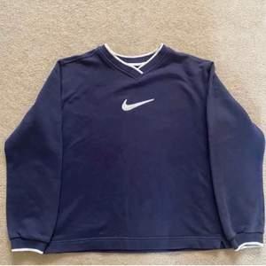 Marinblå Nike sweatshirt, i väldigt fint skick, frakt tillkommer:)