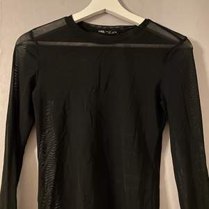 Långärmad meshtopp från Zara i storlek S men skulle säga att den är stor i storlek. 🖤 Frakt tillkommer