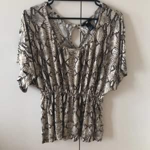 Mönstrad tröja från H&M i storlek S.