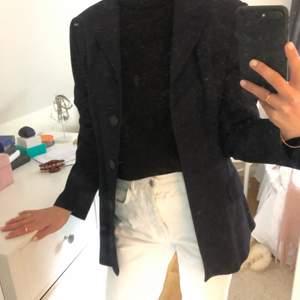 Marinblå blazer från Mexx. Strl 38. Uppklädd men går även att klä ner till vardags. Säljer även en matchande kjol så spana in den om du är ute efter ett set. Oversized.